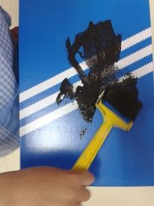Pintamos una caja de zapatos de color negro