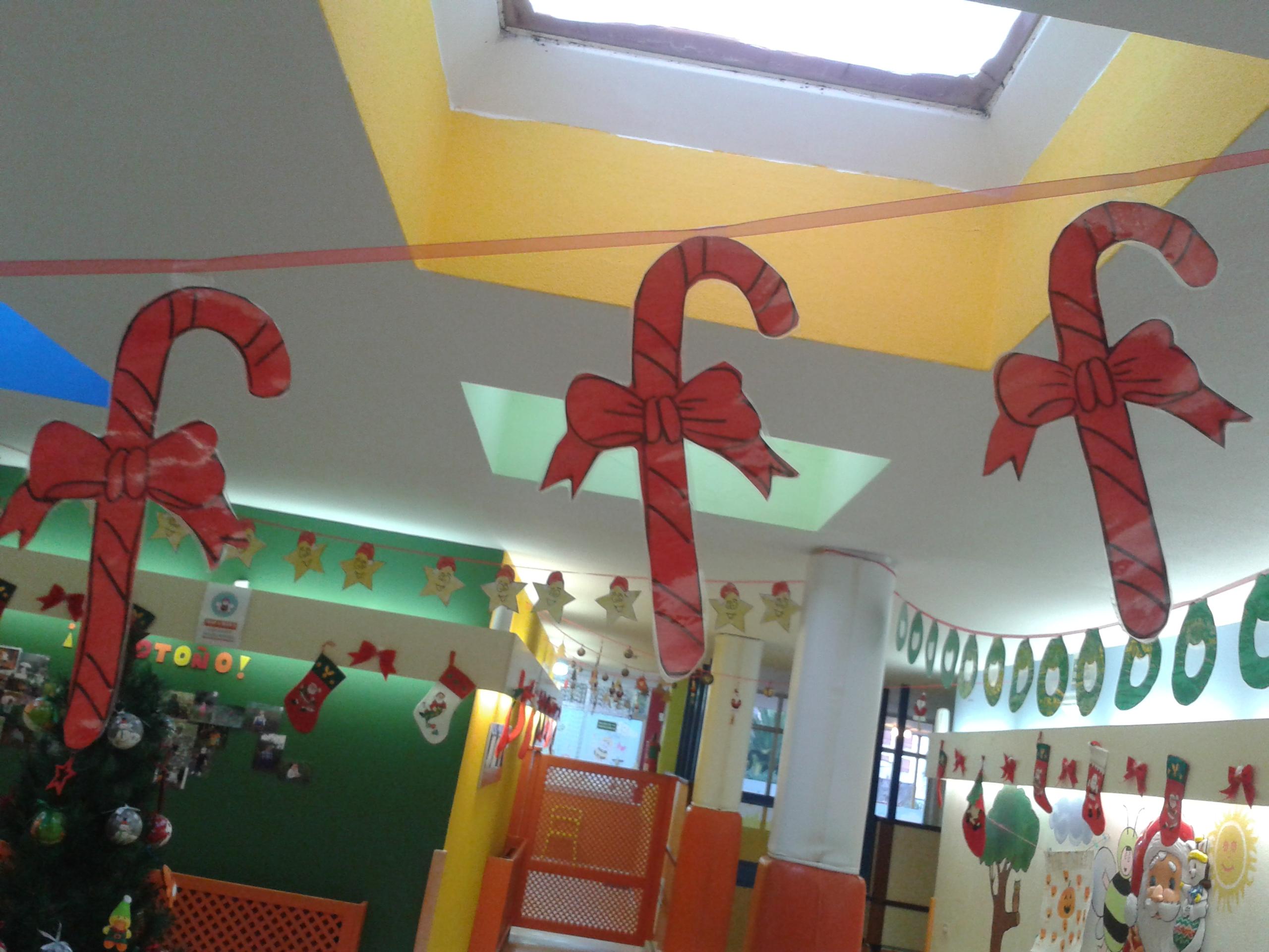 Como decorar un salon en navidad good velas coronas y for Salones decorados para navidad